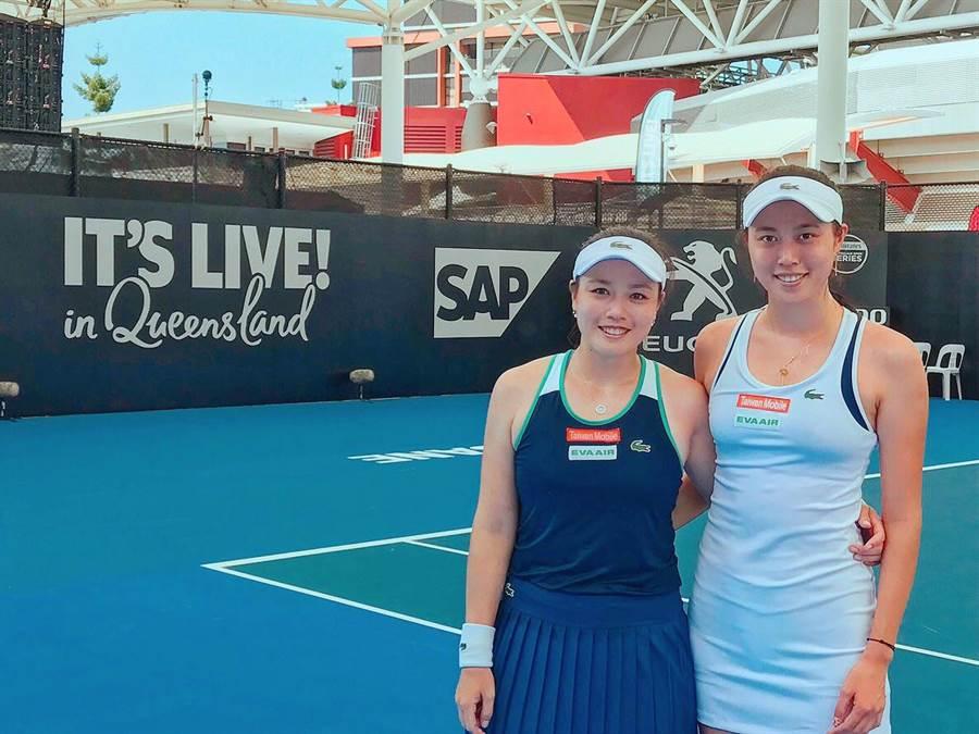 詹詠然(左)和妹妹詹皓晴(右)於布里斯本網球賽女雙晉級4強。(詹皓晴提供)