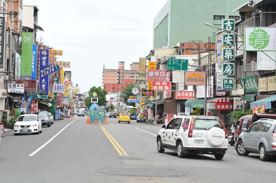 埔里鎮商圈經常出現車輛違停,成為檢舉達人檢舉的目標。(廖肇祥攝)