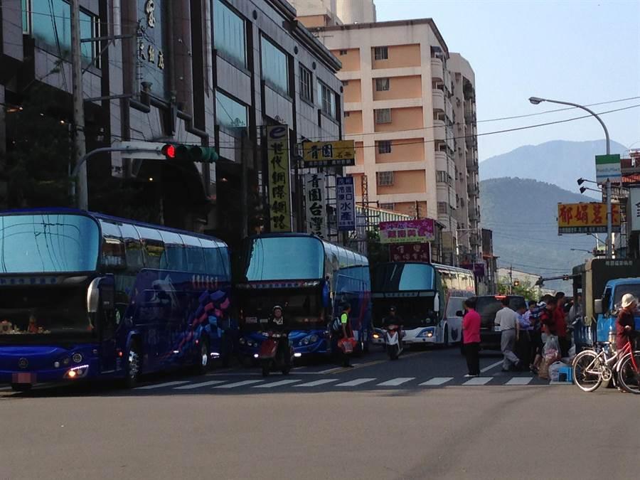 埔里鎮商圈經常出現車輛臨時停車情形,成為檢舉達人檢舉的目標。(廖肇祥攝)