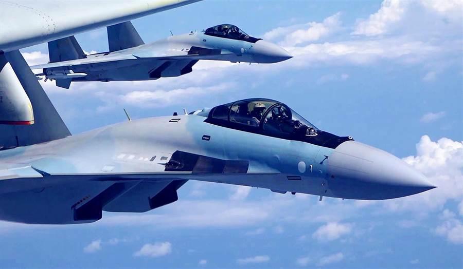 中共空軍購自俄羅斯的蘇-35戰機編成一個航空旅,在某次演習時竟敗給大陸自產殲-10C,據稱是因航電系統性能落後。圖中是為轟-6k繞行台灣島任務護航的共軍蘇-35戰機。(圖/新華社)