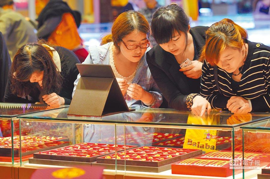 南京市民在當地一家黃金飾品城內購買黃金飾品。(中新社資料照片)