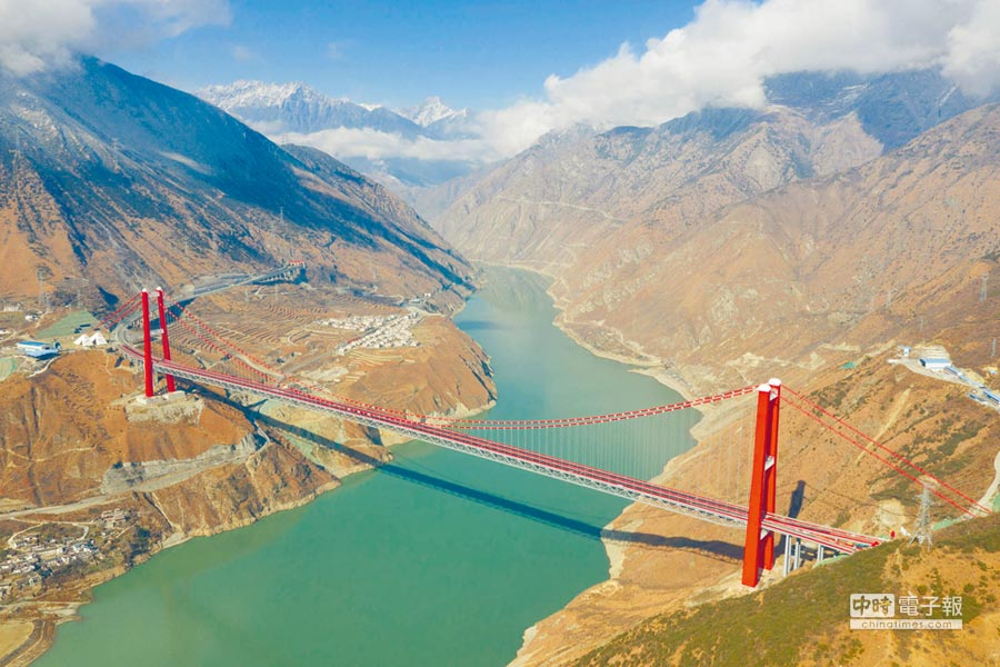 川藏「新幹線」雅康高速公路全線建成並試通車。圖為雅康高速公路瀘定大渡河興康特大橋。(新華社資料照片)