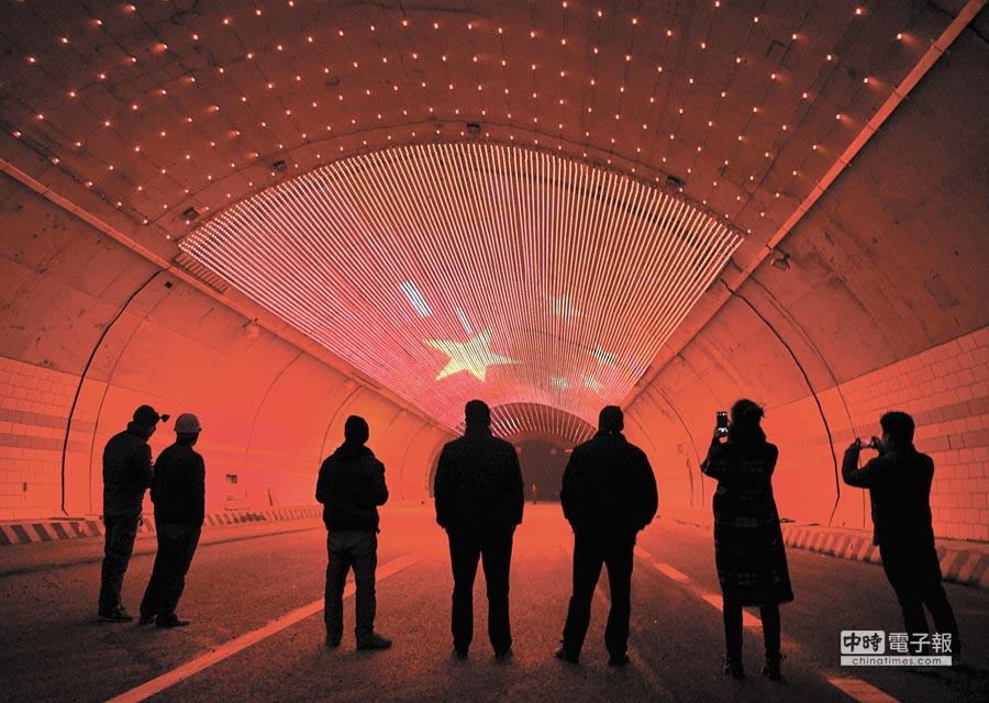 雅康高速二郎山特長隧道內設立防疲勞的燈光帶。(中新社資料照片)