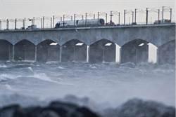 狂風豪雨中 丹麥通勤火車跨海大橋上失事釀6死