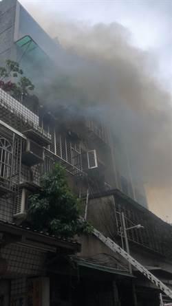 影》新莊公寓竄惡火 男子嗆昏命危搶救中