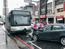 影》突然衝入逆向車道 轎車正面對撞公車機車4人傷