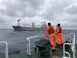 16人東部外海漂流一天一夜 貨輪今深夜返花蓮港