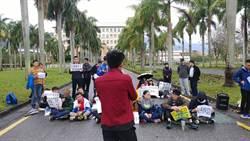 東華大學推門禁惹議 學子封路靜坐抗議