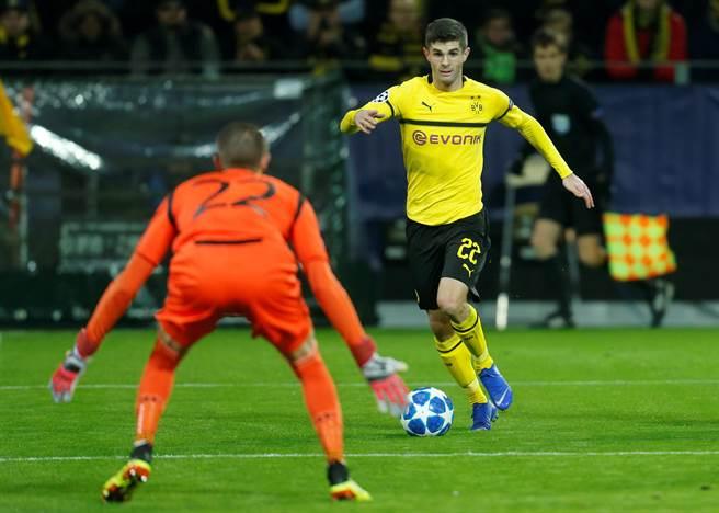 切爾西以6400萬歐元轉會費簽下多特蒙德20歲小將普利希奇(右)。(路透)