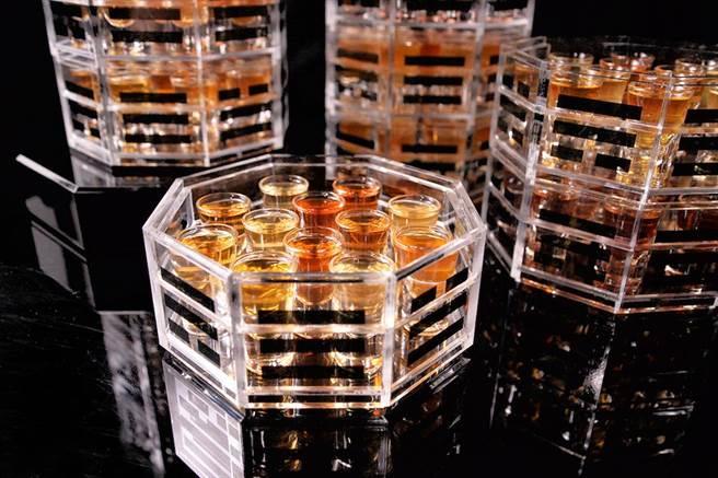 水晶廊運用台灣特有12款特色茶品製成基酒,並加入9款風味苦艾酒,設計出高達9層、共108杯的「伏魔塔」。(台南晶英酒店提供)