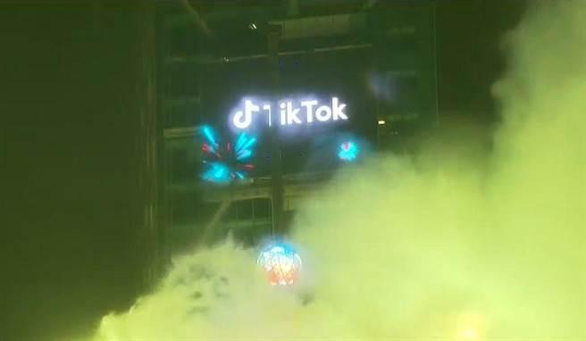 陸企抖音Tik-Tok公司買下了原由日企東芝包下十餘年的時代廣場廣告看板。(圖/Youtube截圖)