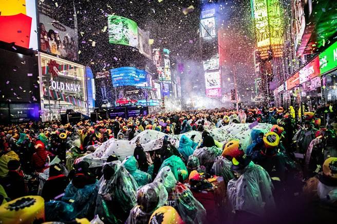 紐約時代廣場是全球跨年活動指標性地點,圖為當地時間2018年12月31日新年前夕人潮聚集。(圖/路透)
