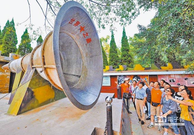 1979年《告台灣同胞書》發表後,昔日戰地成特色景點,圖為遊客在大嶝戰地觀光園,參觀曾經是世界最大的軍事廣播喇叭。(新華社資料照片)
