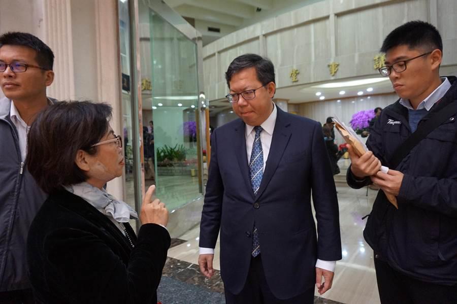 桃園市長鄭文燦(中)認為,現在喊誰能選誰不能選總統還太早。(甘嘉雯攝)