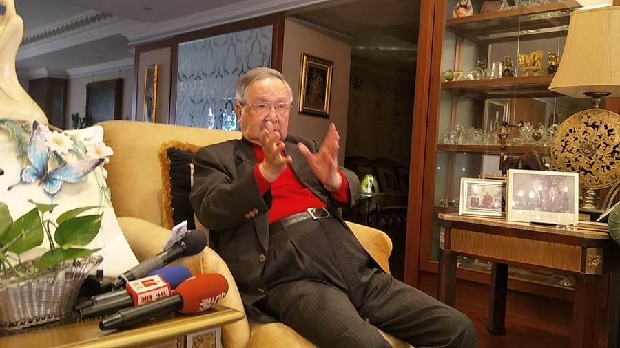 總統府資政吳澧培受訪,認為現在蔡總統不行。(甘嘉雯攝)