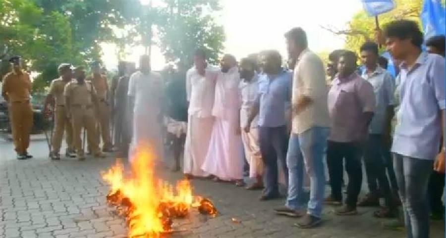 印度2婦女首度進神廟 保守派焚芻像抗議