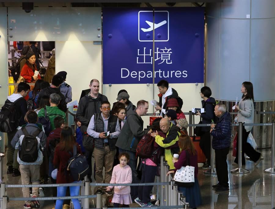 桃園機場將調漲機場各項租金,最高項目漲幅達72%,引發業者強烈反彈。不排除調漲機票、與餐飲價格因應。圖為桃園機場第二航廈出境大廳。(陳麒全攝)