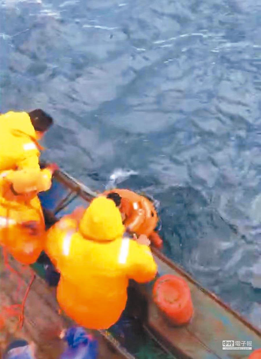 大陸漁船2日趕往翻覆貨輪地點,搜救落海的船員。(取自環球網)