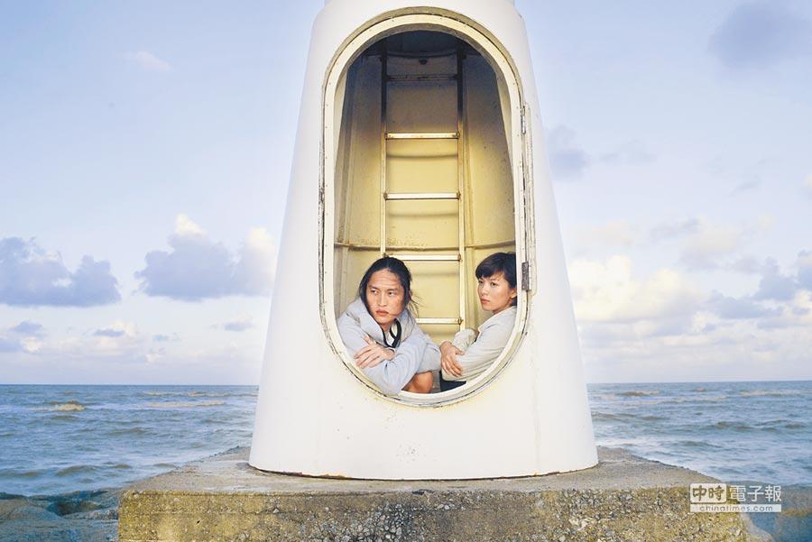 劉倩妏(右)和男主角韓家濠在燈塔躲避追逐。