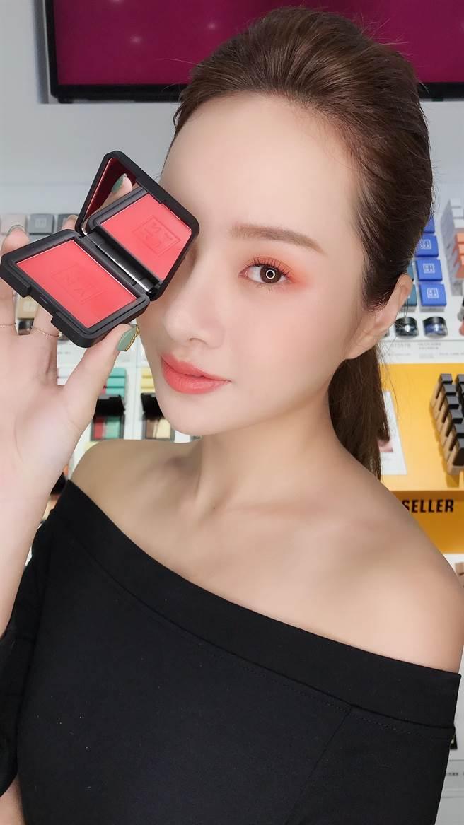MODEL眼妝是將頰彩新色「#108漿果紅」作為眼彩使用,妝感超美!頰彩部分則是使用「#103」,優雅的提升氣色感。(圖/編輯攝影)