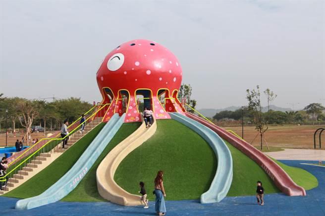貓裏喵親子公園的八爪章魚溜滑梯深受大人小孩喜愛。(何冠嫻攝)