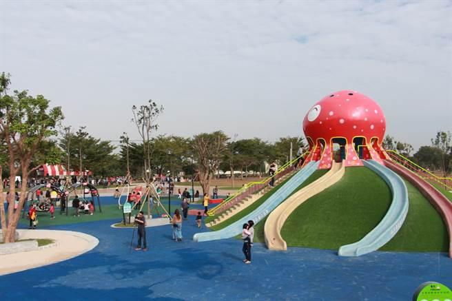 苗栗市首座兼具休憩功能的大型兒童遊樂場「貓裏喵親子公園」,4日正式啟用。(何冠嫻攝)