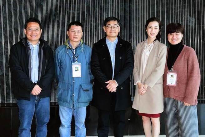 華視節目部經理趙大同(左起)、導演陳長綸、華視總經理莊豐嘉、謝盈萱、導演嚴藝文。(華視提供)
