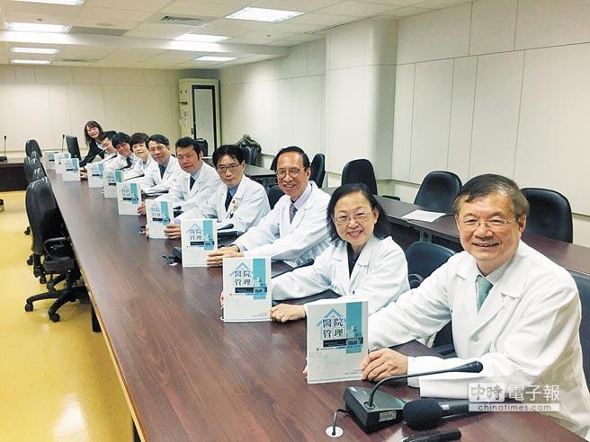 奇美醫療體系總院長邱仲慶(右)發表《醫院管理的私房筆記》分享經營管理祕方,也盼激勵各界思考改善醫療環境的議題。(曹婷婷攝)