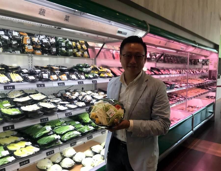 極鮮餐飲集團執行長廖家宏介紹賣場內的食材。圖文/陳惠珍