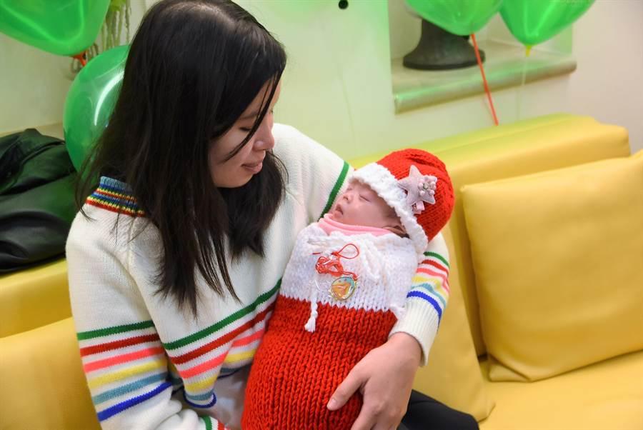 寧寧在東元綜合醫院醫護團隊悉心照護下,努力成長,已有了圓潤雙頰。(莊旻靜攝)
