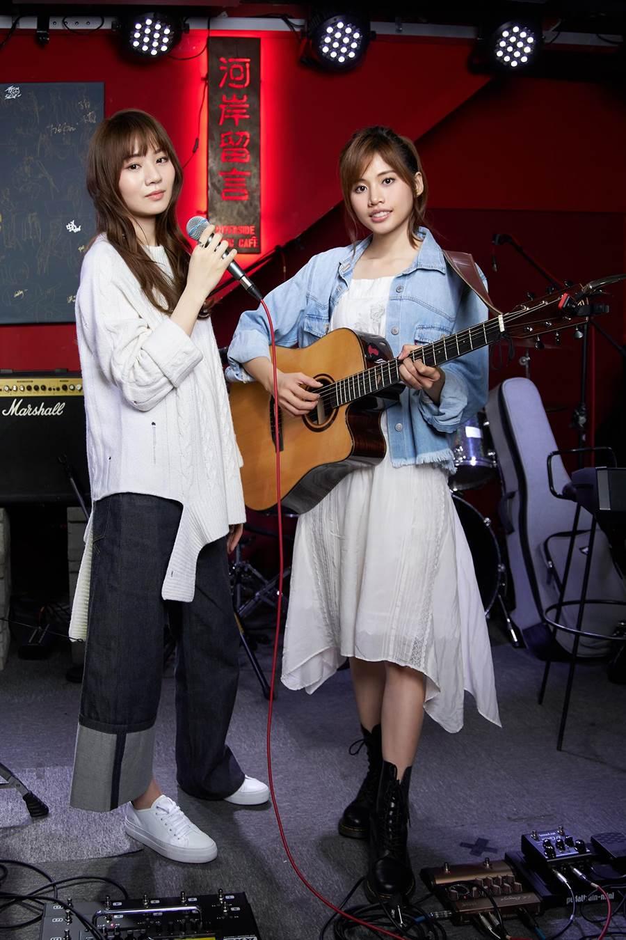 吳汶芳(右)、王笠人3日在小河岸開唱。(福茂唱片提供)