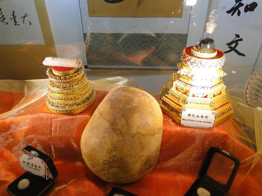 中華國際嘎檔巴佛教總會辦理「佛陀與諸大弟子舍利文化與藝術世界大展」,各種舍利子最受矚目。(范振和攝)