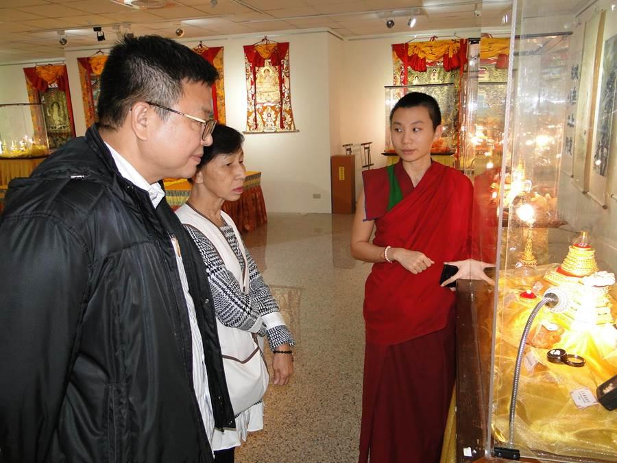 「佛陀與諸大弟子舍利文化與藝術世界大展」中,修行者普賢師(右)解說舍利子神奇奧妙玄處。(范振和攝)