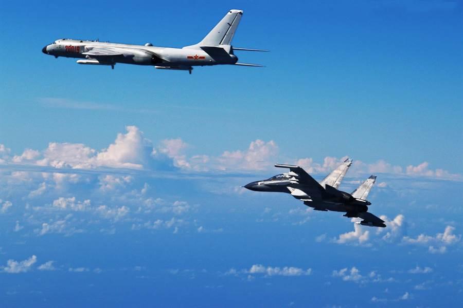 中共空軍已常態性地派遣戰機在東海巡航,每次巡航也會引起日本航空自衛隊戰機升空監控。圖為2016年共軍轟-6k、蘇-30戰機飛越宮古海峽,同時還有其他戰機在東海防空識別區巡邏。(圖/新華社)