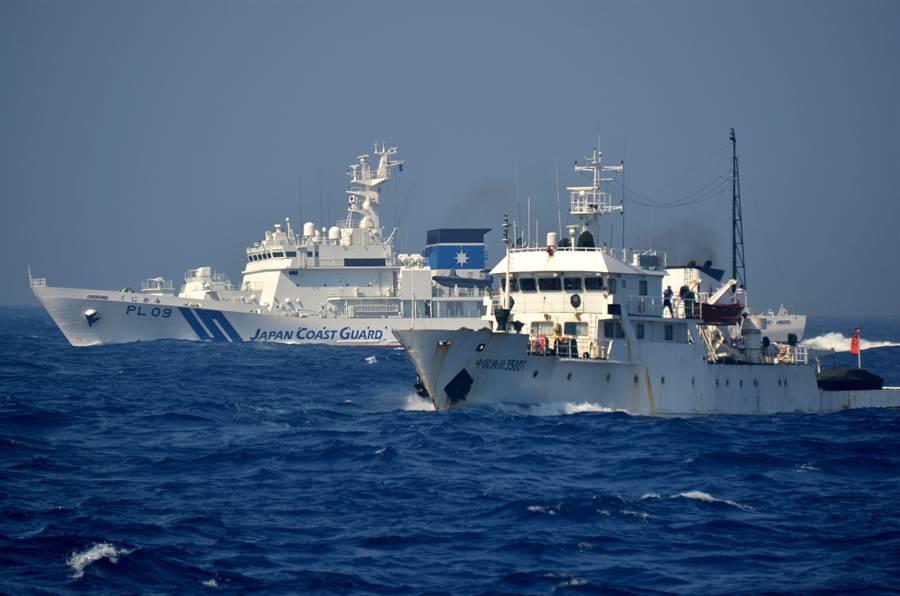 中國漁政船編隊在釣魚島附近海域與日本海上保安廳巡邏船對峙。(圖/新華社)