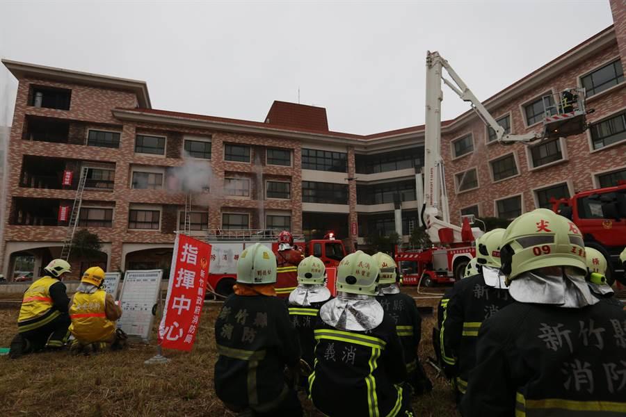 新竹縣消防局4日在荷蘭村護理之家,模擬救災,場面逼真。(莊旻靜翻攝)