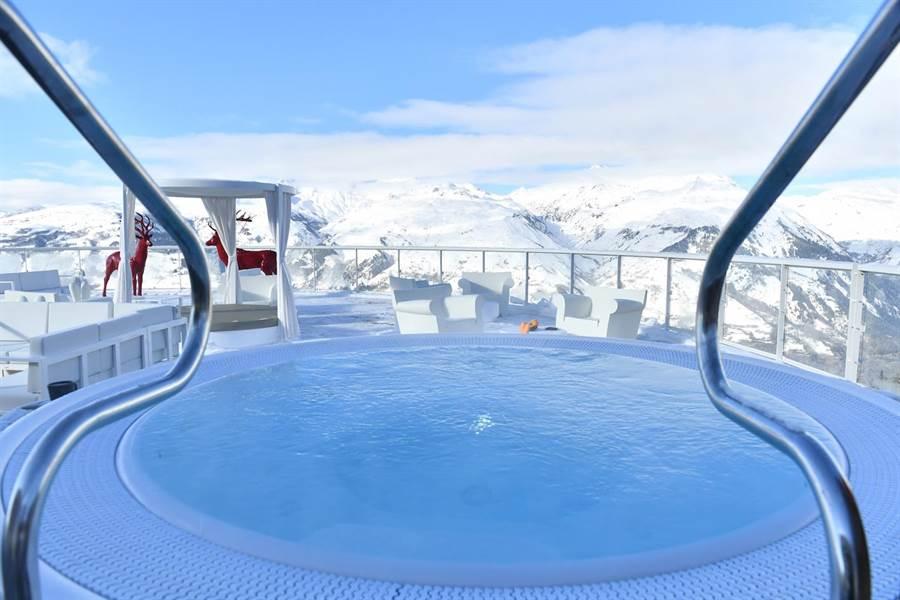 萊薩爾克度假村中奢華空間的熱水浴池可賞壯觀美景。(Club Med提供)