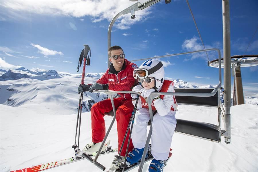 萊薩爾克度假村提供免費分級分齡滑雪課程,讓大小朋友都能盡情滑雪。(Club Med提供)