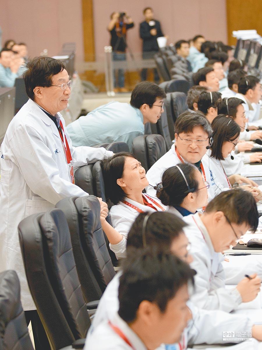 大陸「嫦娥四號」探測器3日著陸月球背面,北京航天飛行控制中心,科研人員慶祝降落成功。(新華社)