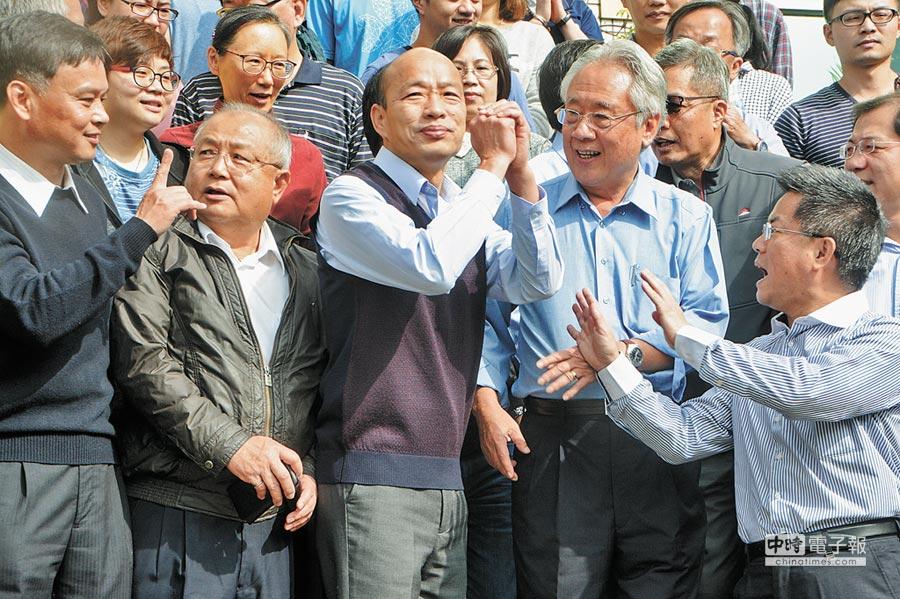 高雄市長韓國瑜(前排中)3日拜會高雄市農會,與農會工作人員在門口合影留念。(林宏聰攝)