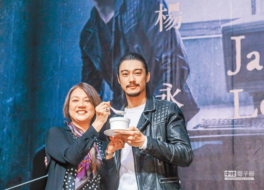 楊永聰(右)的媽媽特地從英國前來站台,還煮了干貝香菇雞湯給他補身體。(粘耿豪攝)