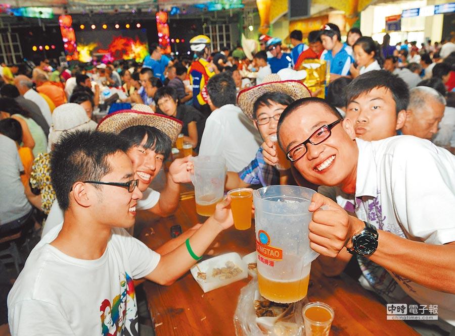 大陸逾2億酒客依賴代駕。圖為民眾歡聚享用青島啤酒。(新華社資料照片)