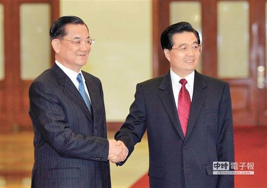2005年4月29日,時任中共中央總書記胡錦濤(右)在北京人民大會堂會見時任中國國民黨主席連戰(左)。(中新社)