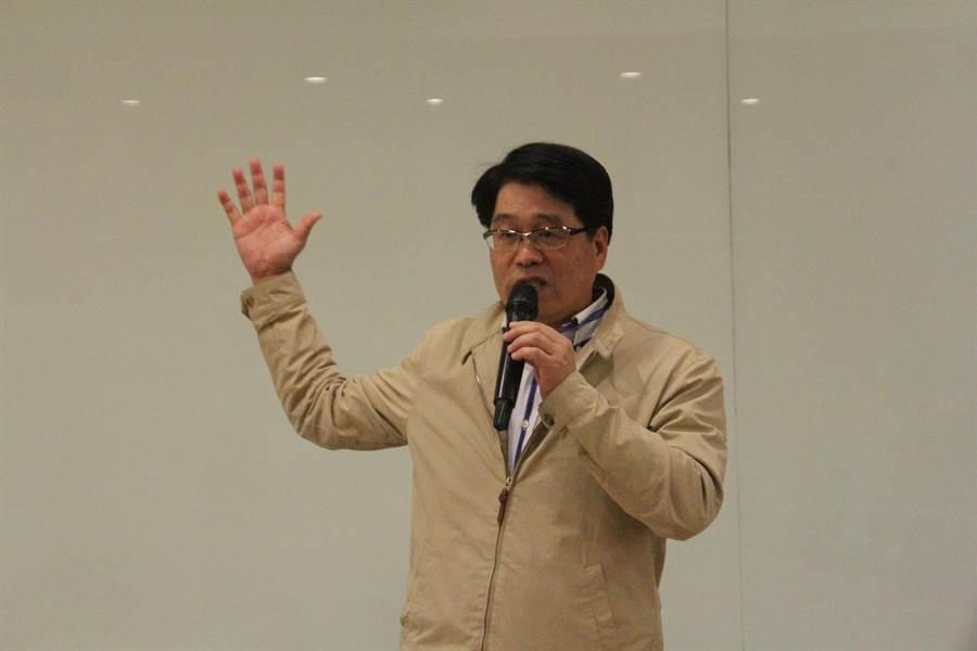民進黨黨主席補選後選人游盈隆在花蓮舉行分享會,短短40分鐘游盈隆砲火猛攻,直指民進黨道德敗壞。(張祈攝)
