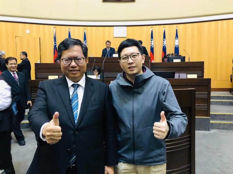 桃園市綠黨籍市議員王浩宇(右)宣布加入「民主進步黨黨團」運作,要成為桃園市長鄭文燦的助力。(葉臻翻攝)