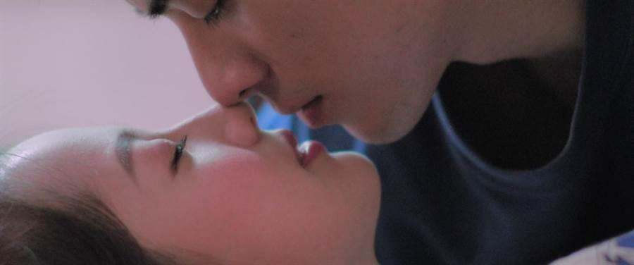 林哲熹(上)跟簡嫚書在片中有浪漫床戲。(前景娛樂提供)