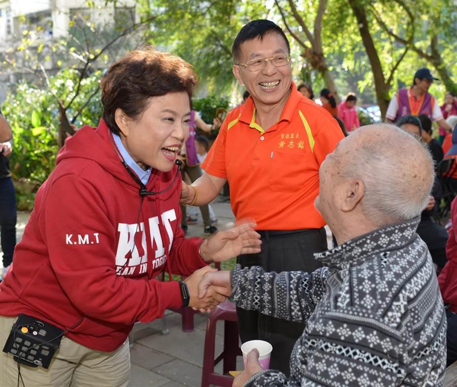 立委補選藍營候選人沈智慧(圖左)5日至大坑地區跟民眾拜票,對於「豬瘟防疫」問題,表示關切。(張妍溱翻攝)