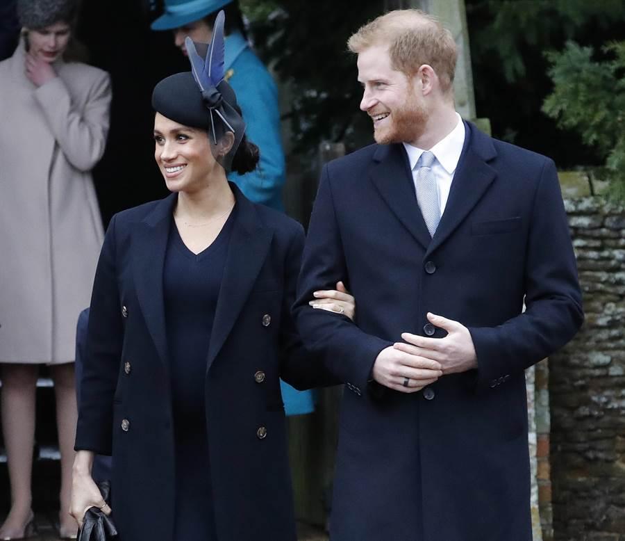 梅根與哈利王子2018年12月25日參加完英國王室耶誕禮拜,走出英格蘭諾福克聖瑪利亞瑪達拉教堂的神情。(美聯社)