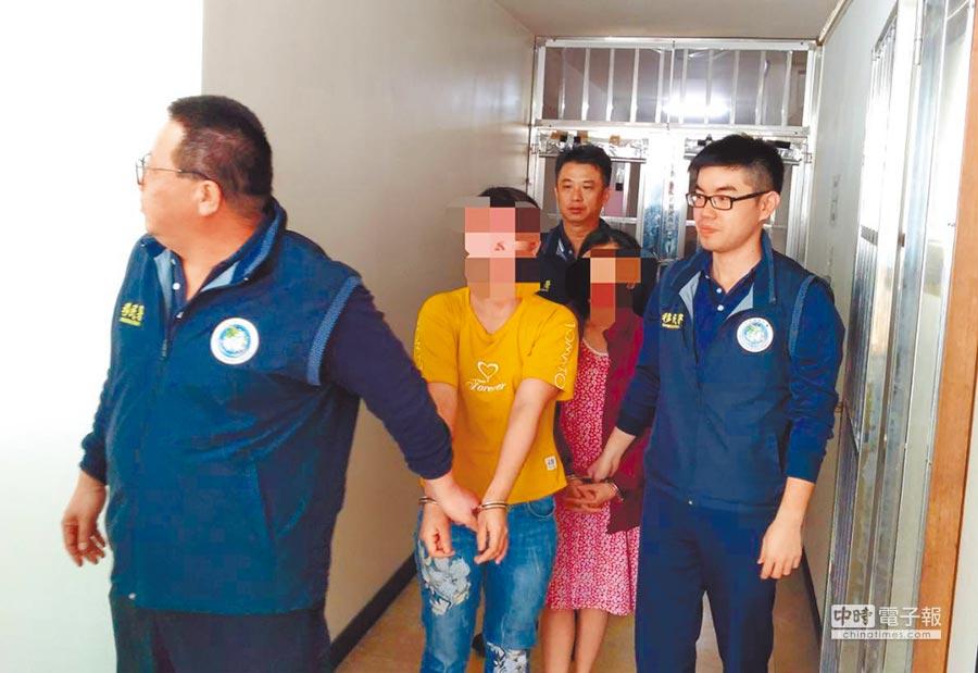 移民署嘉義縣專勤隊日前查獲32歲女性(左二,穿黃衣)越南脫團旅客。(曹明正翻攝)