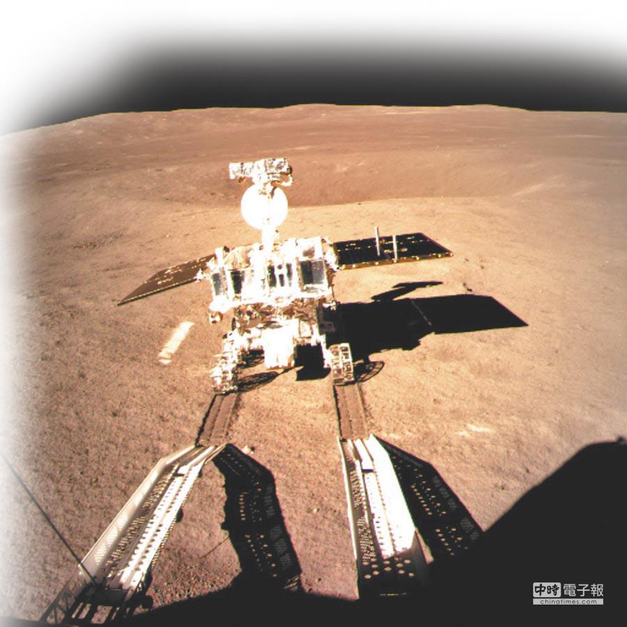 嫦娥四號著陸器監視相機C拍攝的「玉兔二號」巡視器走上月面影像圖。(新華社)